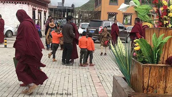 Junge Mönche werden aus dem Kloster Dza Sershul eskortiert (Foto: Radio Free Asia)