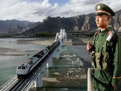 Ein Soldat bewacht die Eisenbahnlinie von Golmud nach Lhasa (Foto: Phayul)