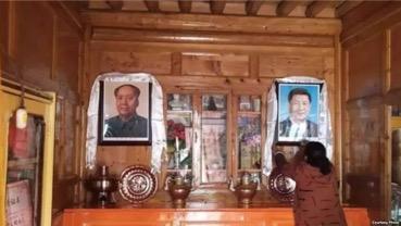 Verbeugung vor Bildern von Mao Zedong und Xi Jinping (Foto: Voice of America)
