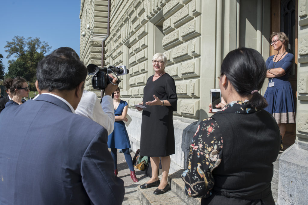 Rosmarie Quadranti vor der Bundeshaus-Kanzlei bei der Übergabe der Tibet-Petition.