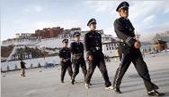 Polizei vor dem Potala-Palast (Foto: Phayul)