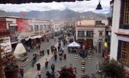 Kora um den Jokhang-Tempel in Lhasa (Foto: Phayul)