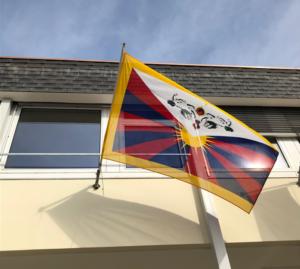 Balcon avec drapeau à l'extérieur