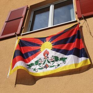 Mur de maison de drapeau tibétain